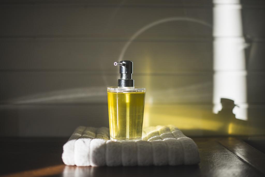Séance photo chambres d'hôtes Ariège - huile de massage - Photographe B&B