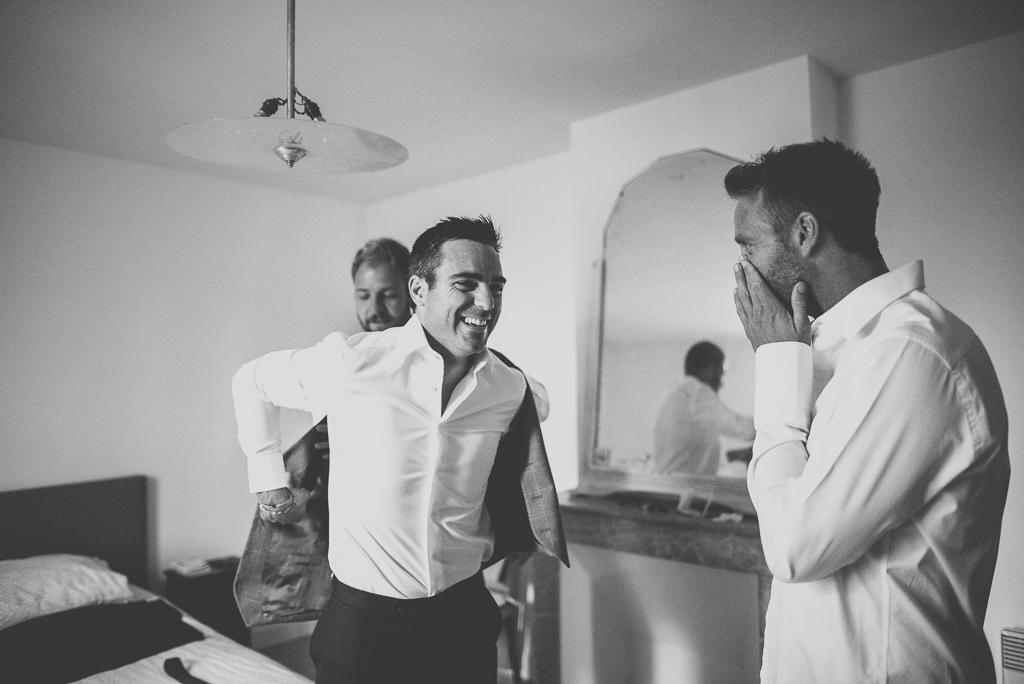 Reportage mariage Auch - Préparatifs du marié - marié met son veston - Photographe mariage Gers