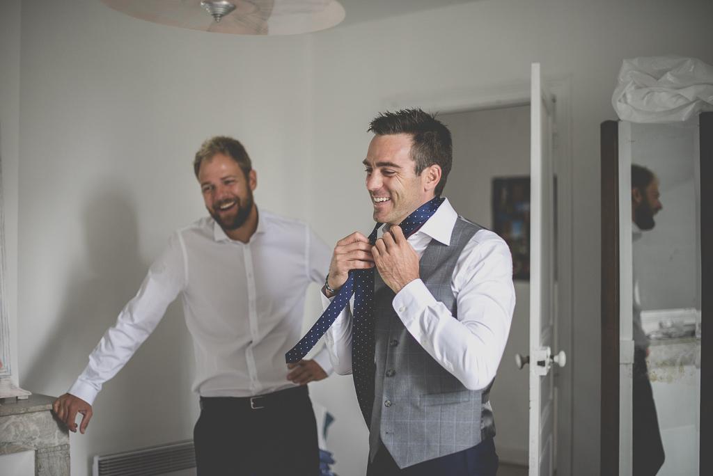 Reportage mariage Auch - Préparatifs du marié - marié s'habille - Photographe mariage Gers
