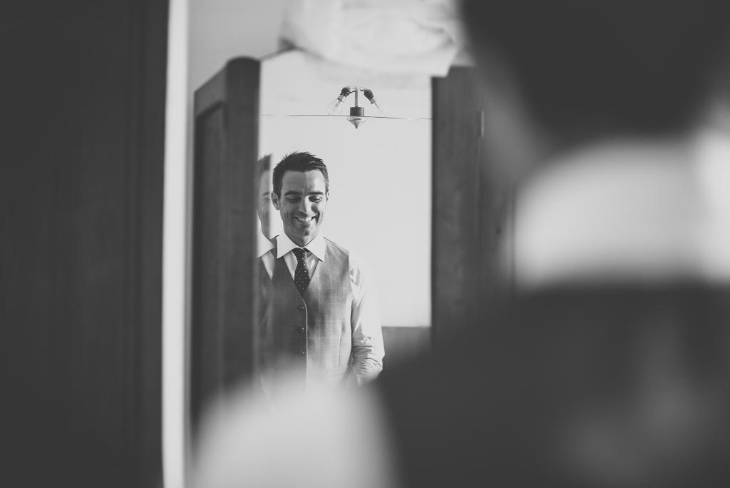 Reportage mariage Auch - Préparatifs du marié - marié se regarde dans le miroir - Photographe mariage Gers