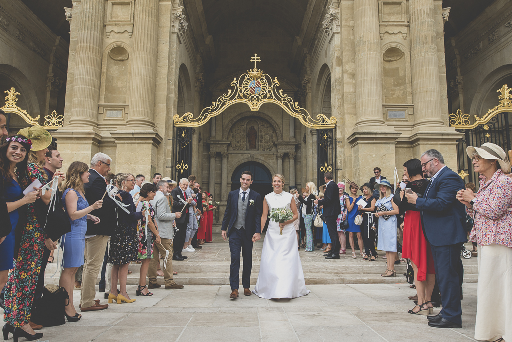 Reportage mariage Auch - Sortie d'église des mariés - Photographe mariage Gers