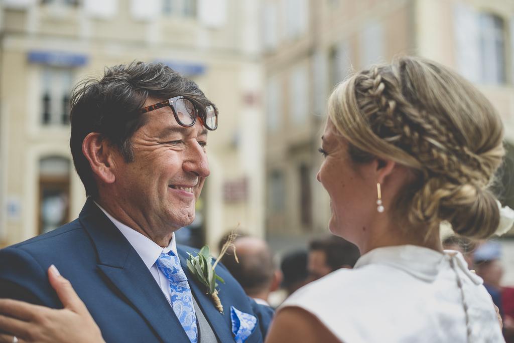 Reportage mariage Auch - embrassade mariée et son papa - Photographe mariage Gers