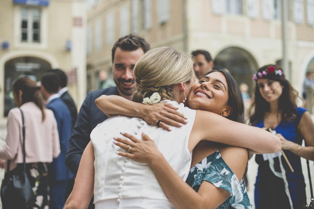 Reportage mariage Auch - embrassade mariée et invités - Photographe mariage Gers
