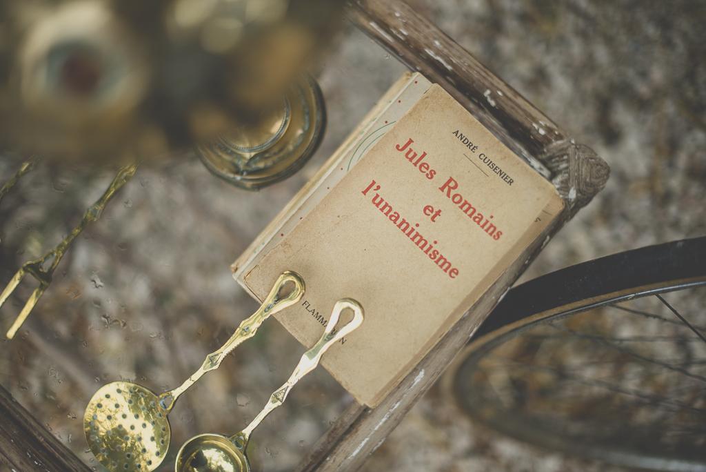 Reportage mariage Auch - décoration vintage - vieux livres et ustensiles - Photographe mariage Gers