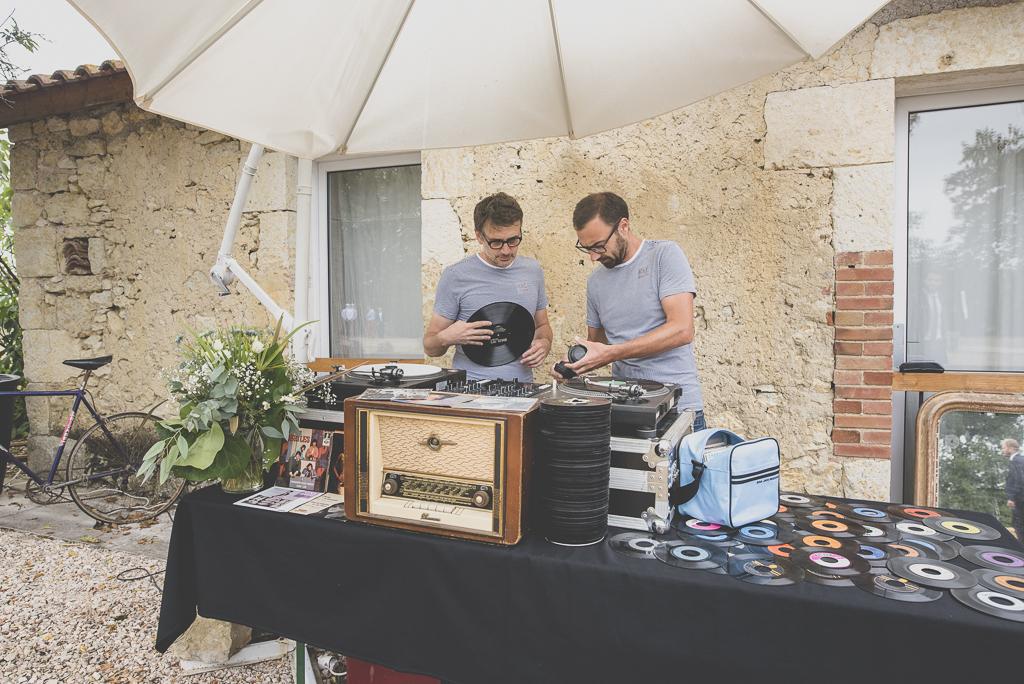 Reportage mariage Auch - DJs avec disques vinyles - Photographe mariage Gers