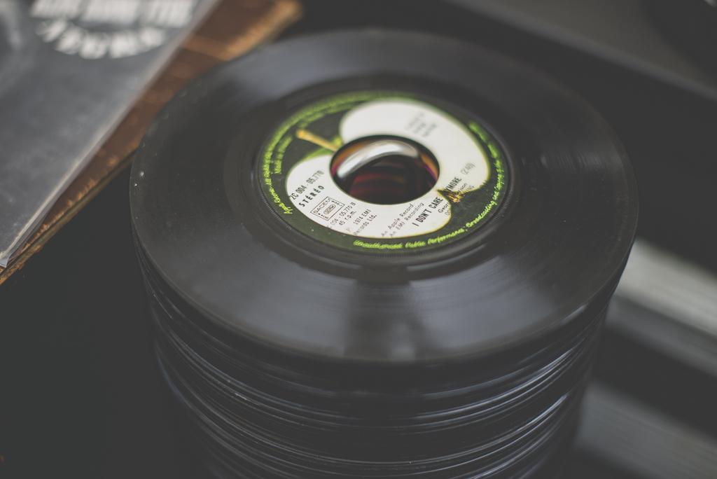 Reportage mariage Auch - pile de disques vinyles 45 tours - Photographe mariage Gers