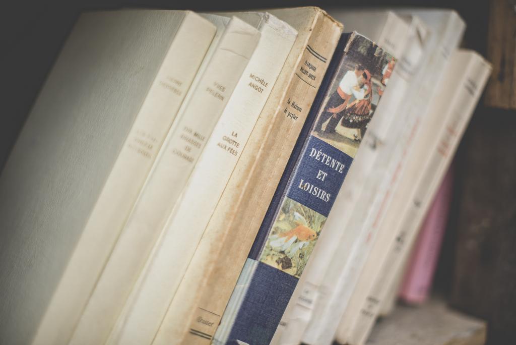 Reportage mariage Auch - décoration vintage - vieux livres - Photographe mariage Gers