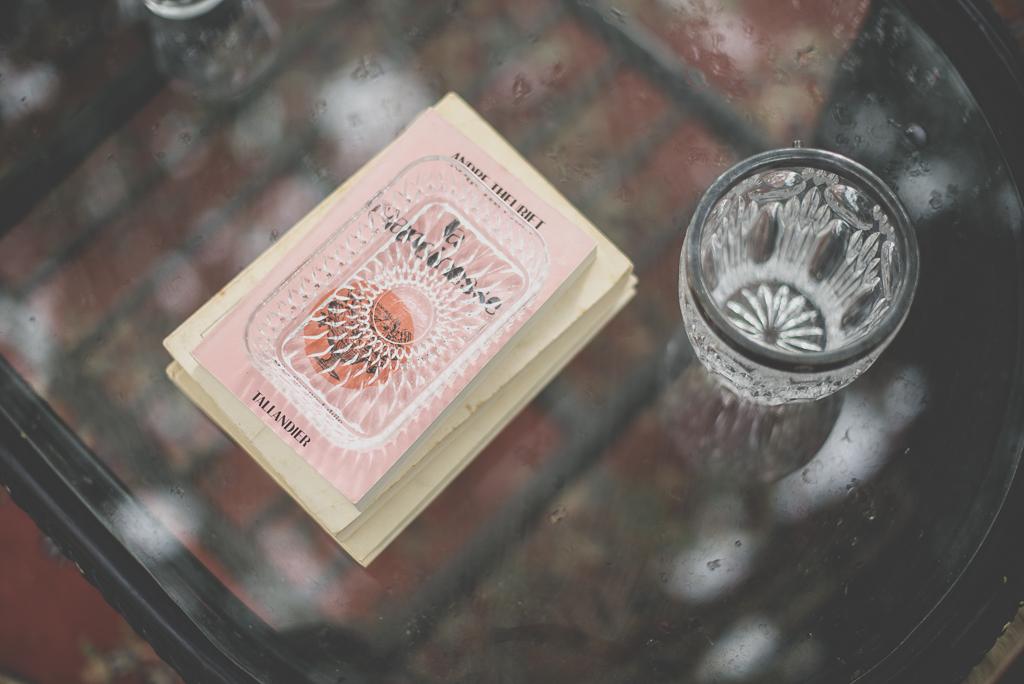 Reportage mariage Auch - décoration vintage - vieux livres vieux verre - Photographe mariage Gers