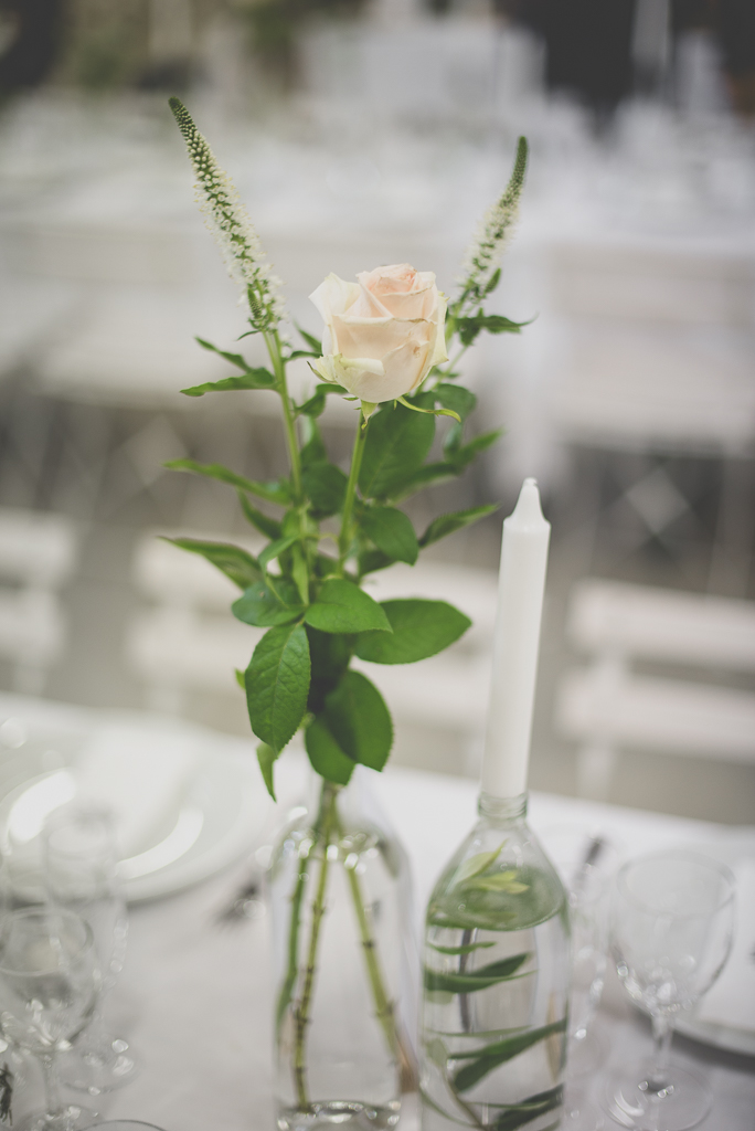 Reportage mariage Auch - bouquet sur table - Photographe mariage Gers