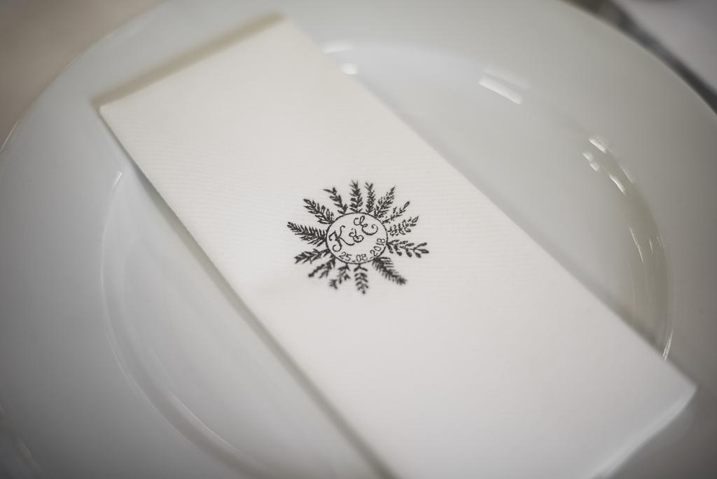 Reportage mariage Auch - serviette de table tamponnée avec initiales mariés - Photographe mariage Gers