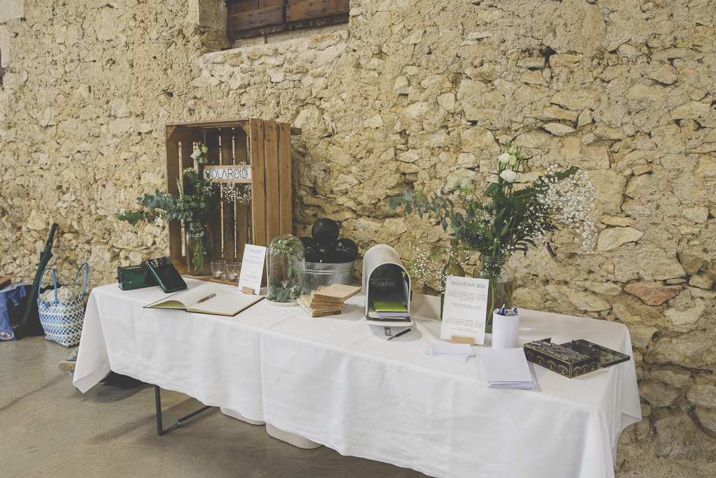 Reportage mariage Auch - table avec livre d'or - Photographe mariage Gers