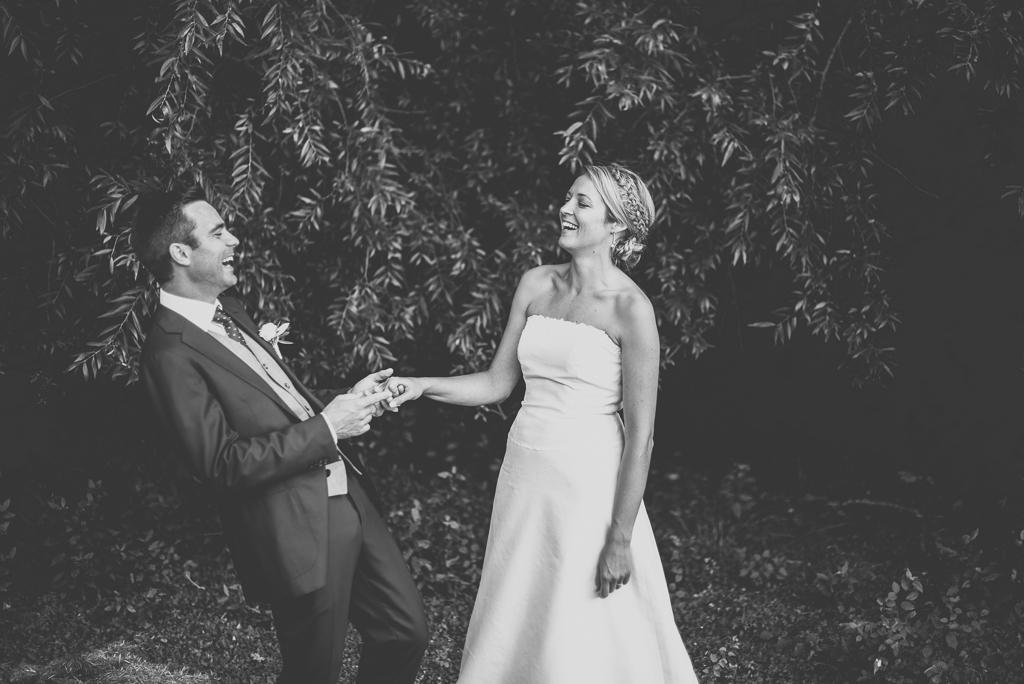 Reportage mariage Auch - Mariés rigolent - Photographe mariage Gers