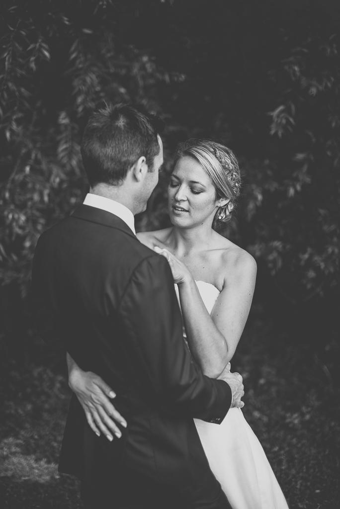 Reportage mariage Auch - Mariés enlacés - Photographe mariage Gers