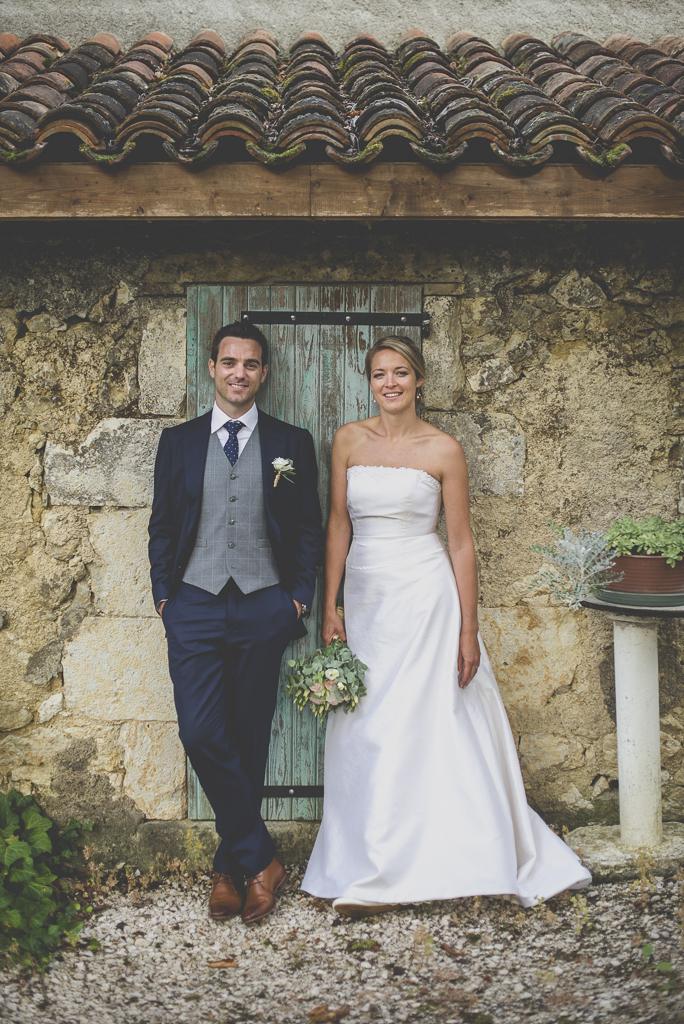 Reportage mariage Auch - Mariés devant porte bleue - Photographe mariage Gers
