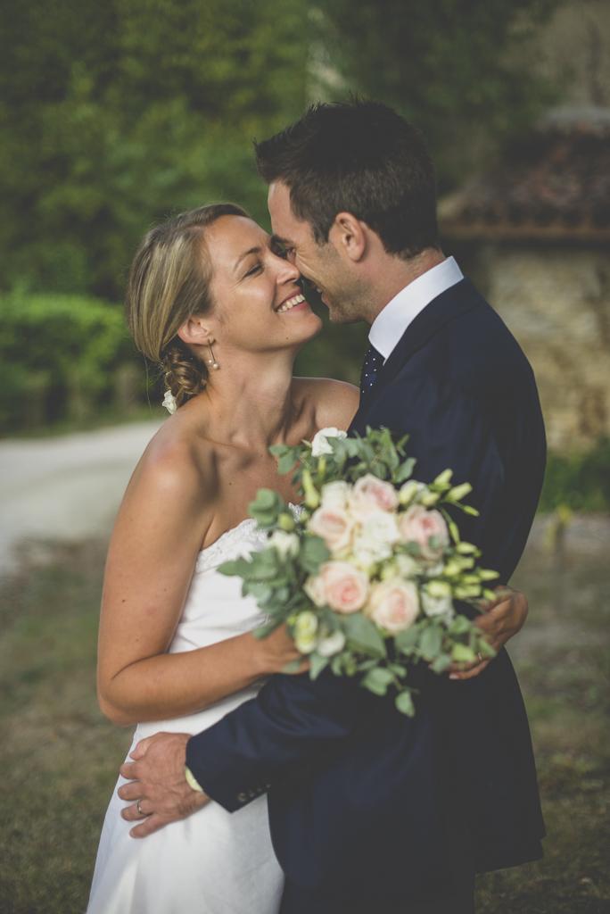Reportage mariage Auch - mariés enlacés et bouquet - Photographe mariage Gers