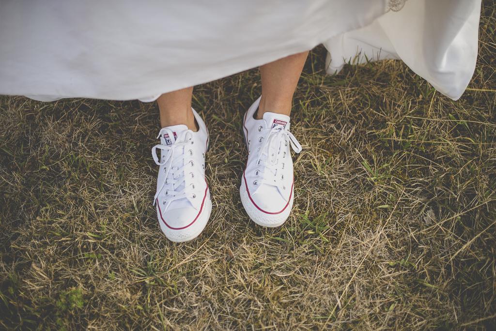 Reportage mariage Auch - converses de la mariée - Photographe mariage Gers