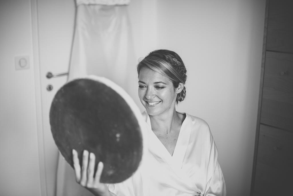 Reportage mariage Auch - Préparatifs de la mariée - mariée se regarde dans le miroir - Photographe mariage Gers