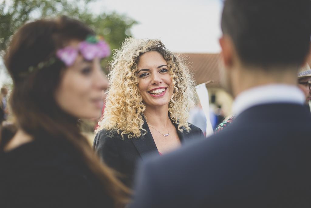 Reportage mariage Auch - invitée rit pendant vin d'honneur - Photographe mariage Gers