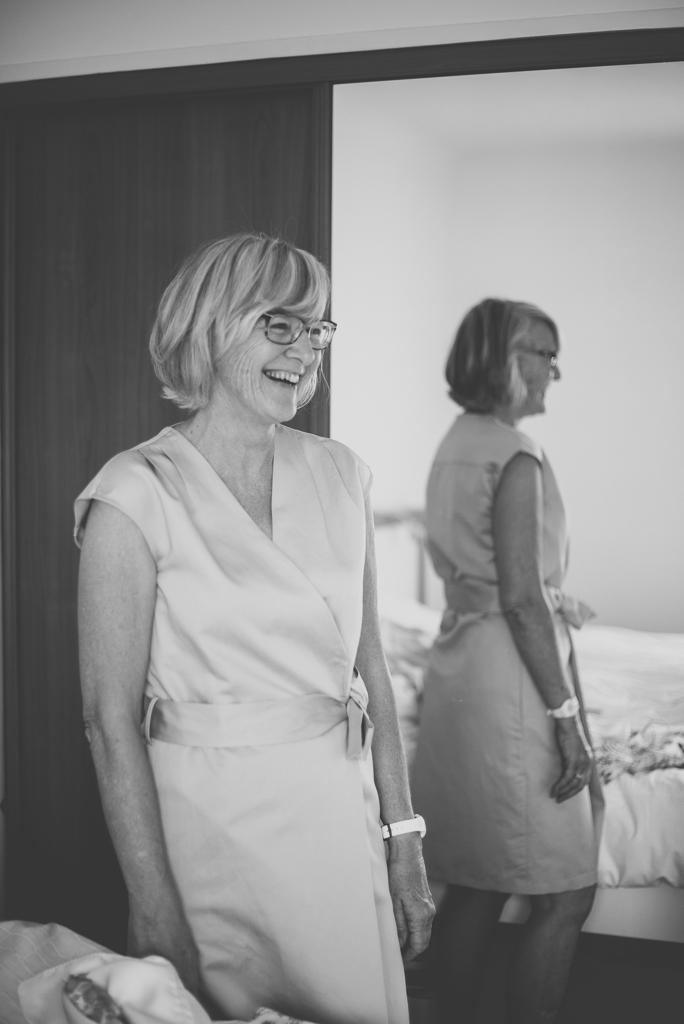 Reportage mariage Auch - Préparatifs de la mariée - maman sourit - Photographe mariage Gers