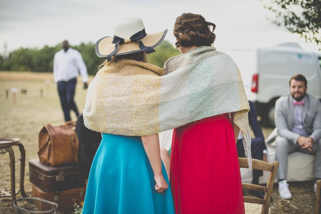 Reportage mariage Auch - invitées avec couverture sur les épaules - Photographe mariage Gers