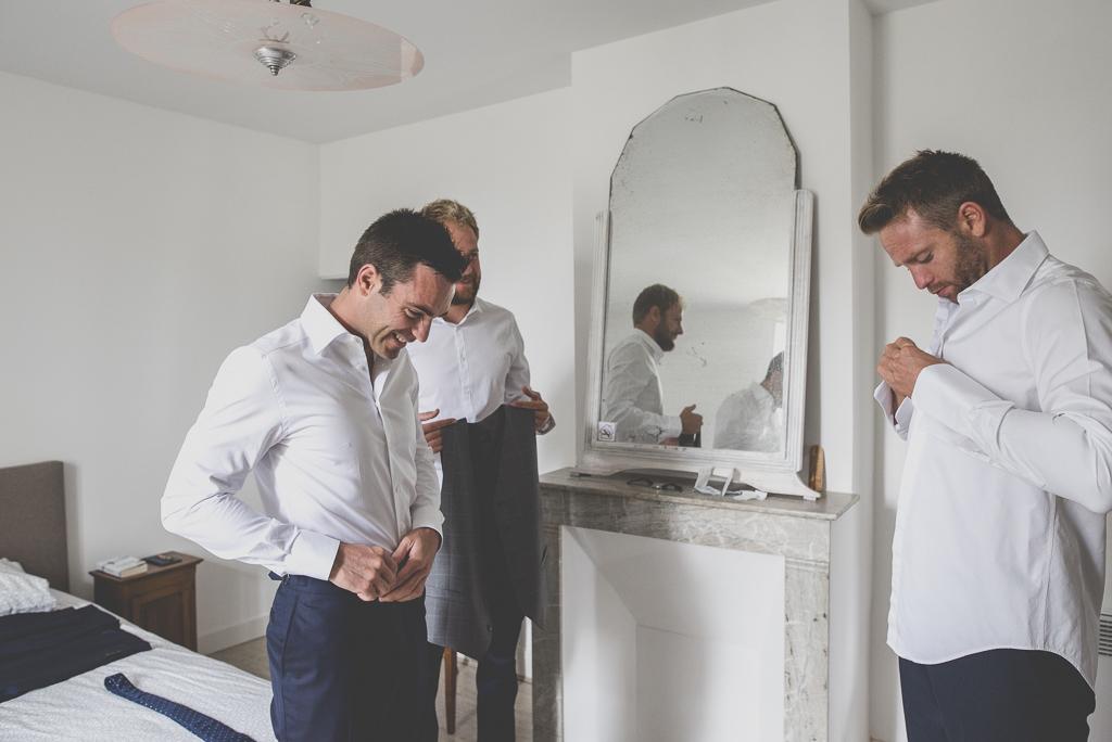 Reportage mariage Auch - Préparatifs du marié - marié et témoins s'habillent - Photographe mariage Gers
