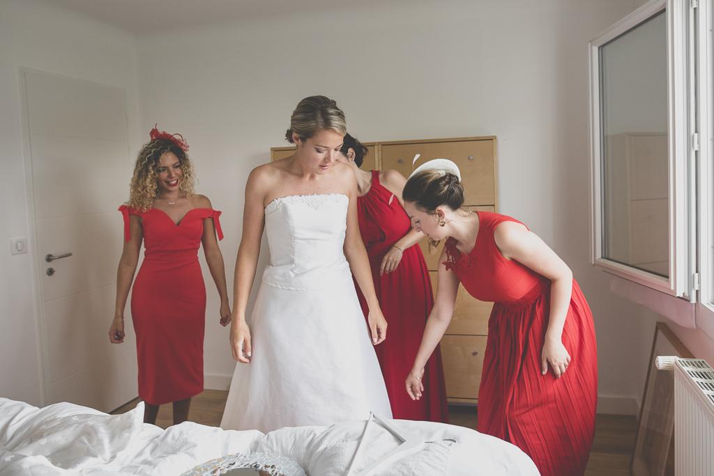Reportage mariage Auch - Préparatifs de la mariée - enfilage de la robe - Photographe mariage Gers