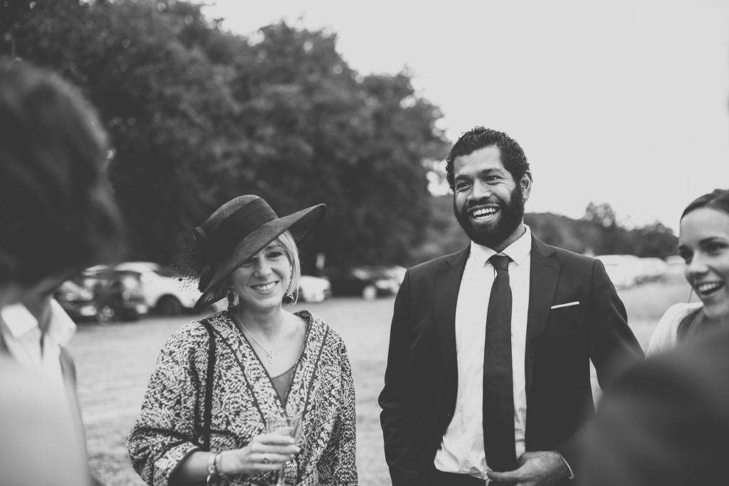 Reportage mariage Auch - invités rigolent au vin d'honneur - Photographe mariage Gers