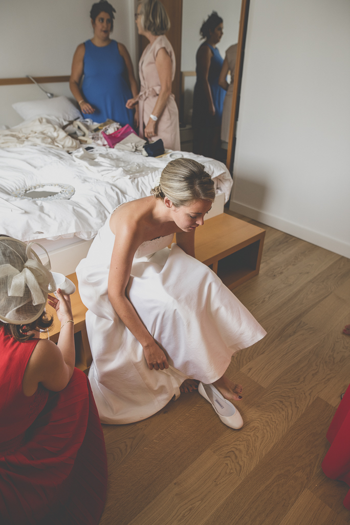 Reportage mariage Auch- Préparatifs de la mariée - mariée met ses chaussures - Photographe mariage Gers