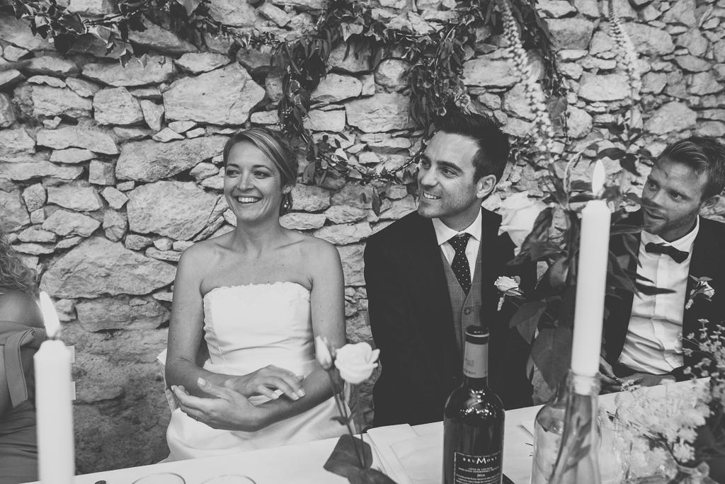 Reportage mariage Auch - mariés à table - Photographe mariage Gers