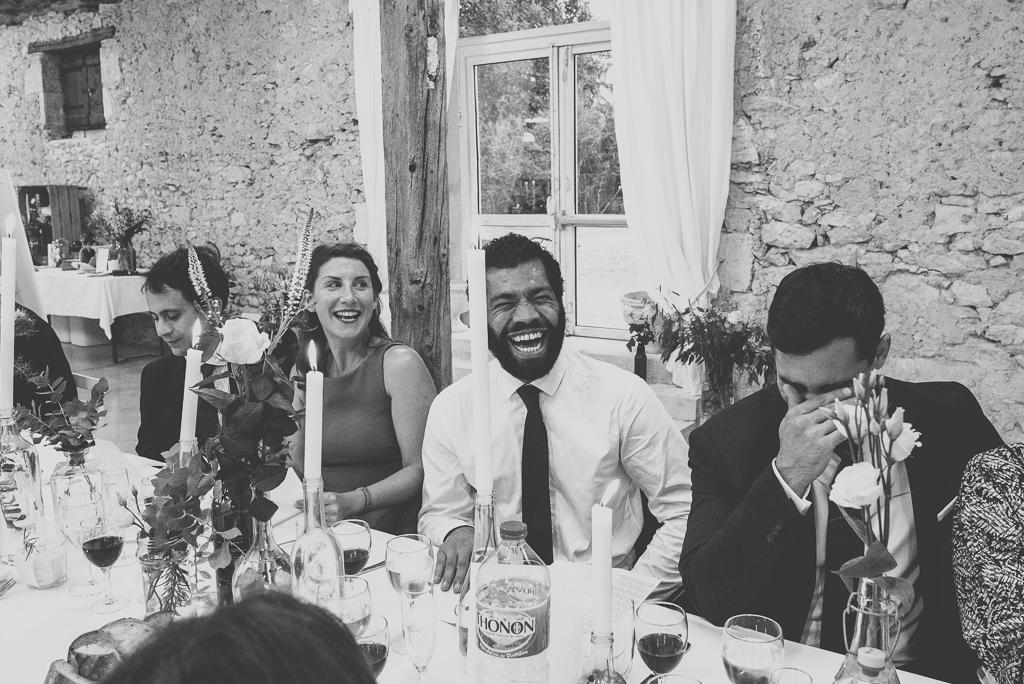 Reportage mariage Auch - invités rigolent au diner - Photographe mariage Gers