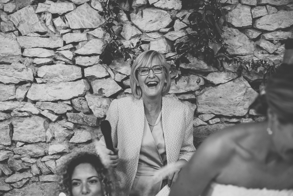 Reportage mariage Auch - maman rigole après discours - Photographe mariage Gers