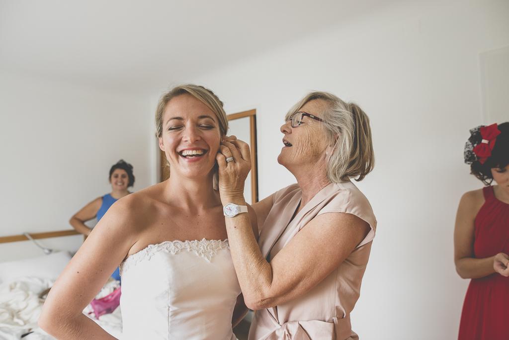 Reportage mariage Auch - Préparatifs de la mariée - ajout des bijoux - Photographe mariage Gers