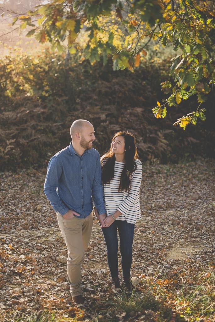 Séance photo en amoureux en exterieur - couple debout se tient la main - Photographe couple Toulouse
