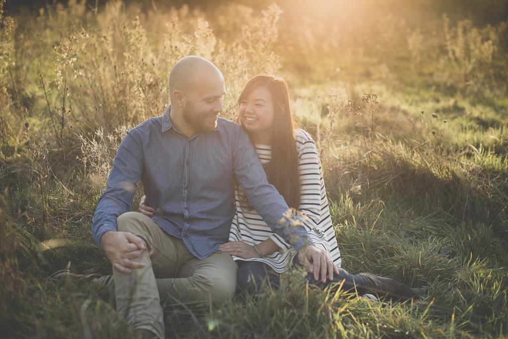 Séance photo en amoureux en exterieur - couple assis dans les herbes sauvages - Photographe couple Toulouse
