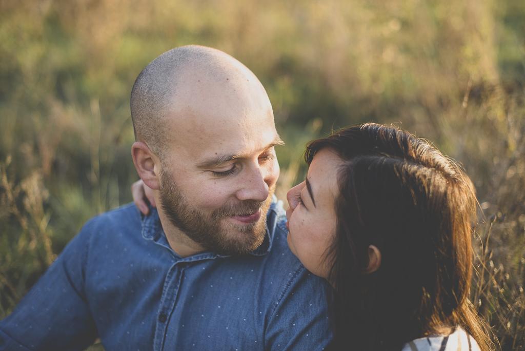 Séance photo en amoureux en exterieur - couple se regarde - Photographe couple Toulouse