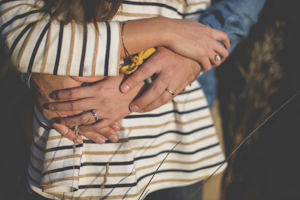 Séance photo en amoureux en exterieur - mains entrelacées - Photographe couple Toulouse
