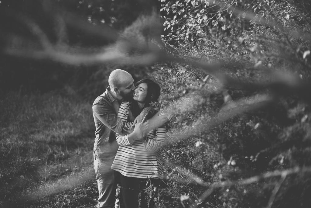 Couple photoshoot outdoors - couple entrelacé derriere branches - Couple Photographer Toulouse