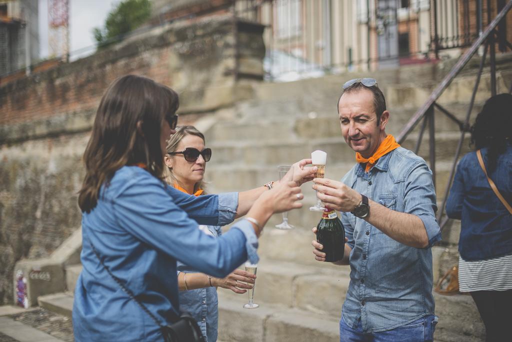 Séance photo enterrement de vie de jeune fille Toulouse - service des verres de champagne - Photographe EVJF Toulouse