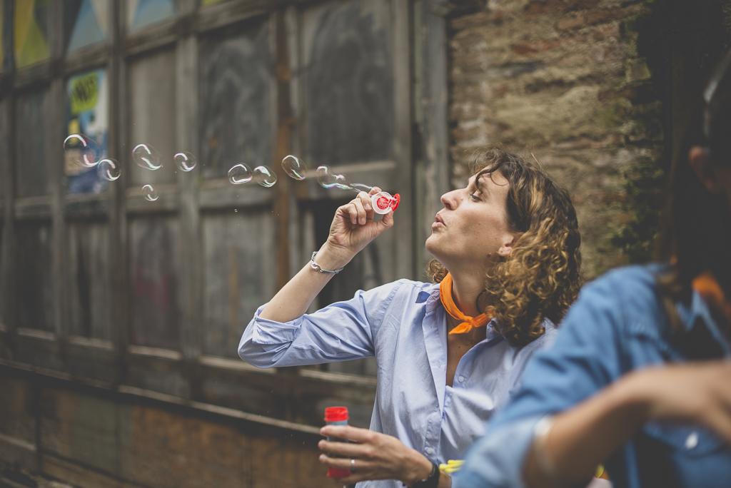 Séance photo enterrement de vie de jeune fille Toulouse - femme fait des bulles de savon - Photographe EVJF Toulouse