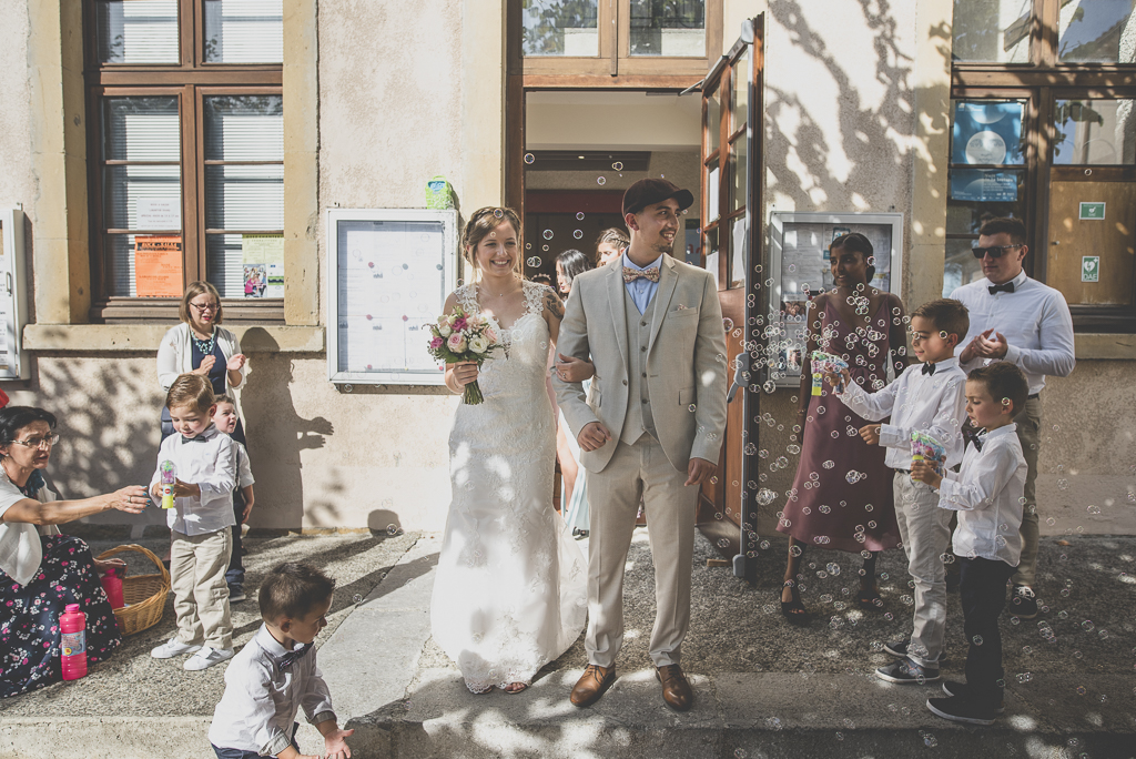 Reportage mariage automne Saint-Gaudens - sortie de la mairie bulles de savon - Photographe Saint-Gaudens