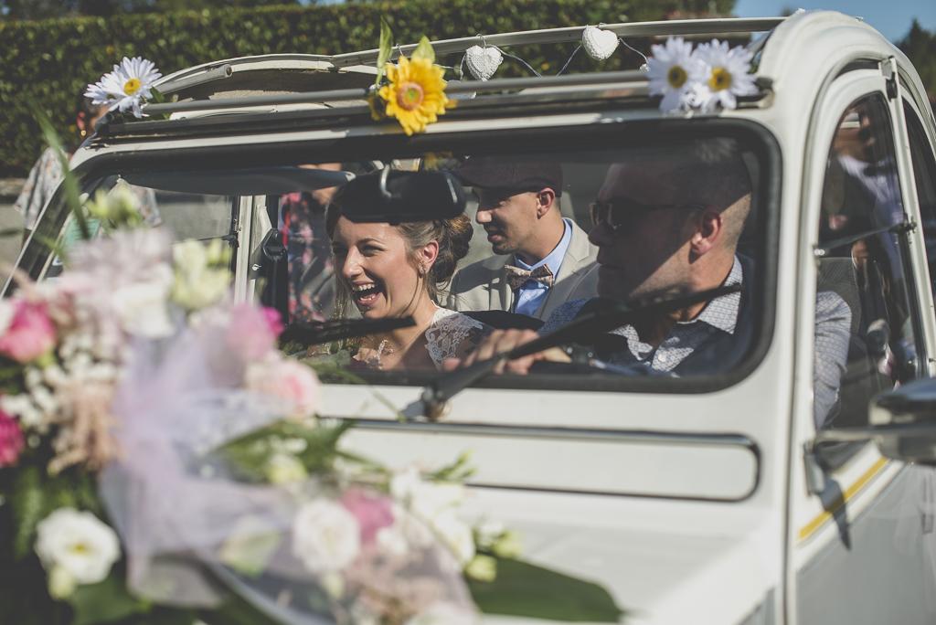 Reportage mariage automne Saint-Gaudens - mariée dans la voiture - Photographe Saint-Gaudens