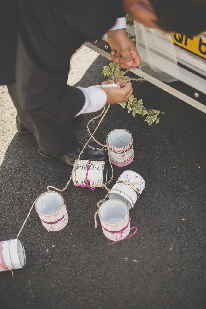 Reportage mariage automne Saint-Gaudens - boites de conserve attachées à la voiture - Photographe Saint-Gaudens