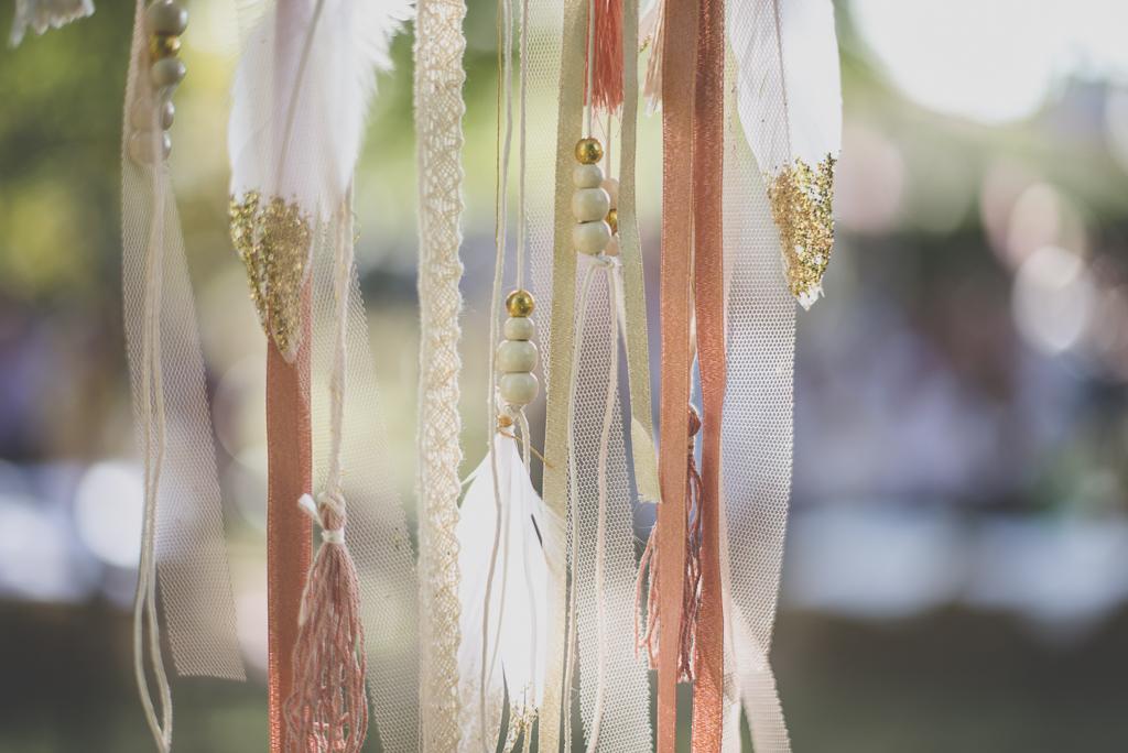 Reportage mariage automne Saint-Gaudens - décoration rubans et plumes cérémonie laique - Photographe Saint-Gaudens