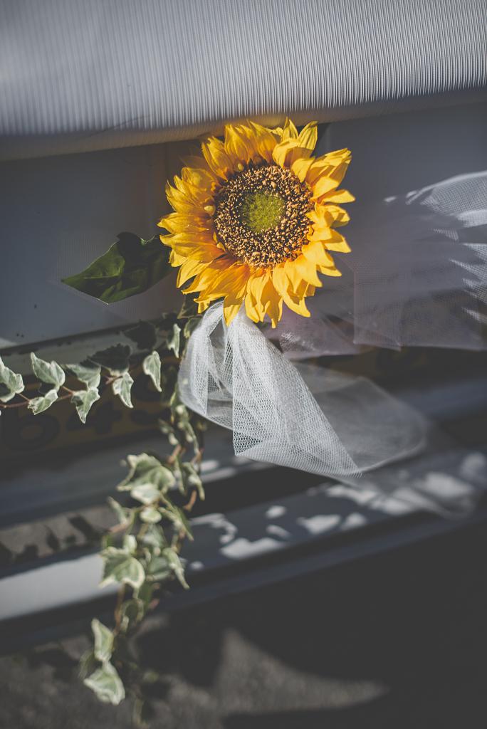 Reportage mariage automne Saint-Gaudens - décoration voiture tournesol et lierre - Photographe Saint-Gaudens