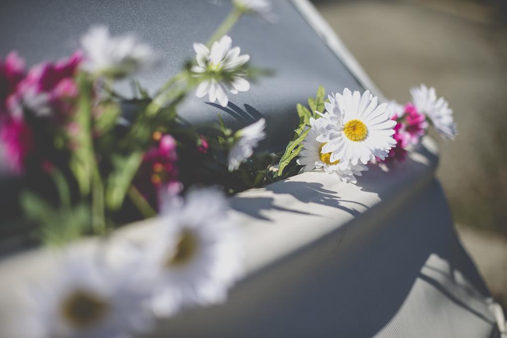 Reportage mariage automne Saint-Gaudens - décoration voiture fleurs blanches et roses - Photographe Saint-Gaudens