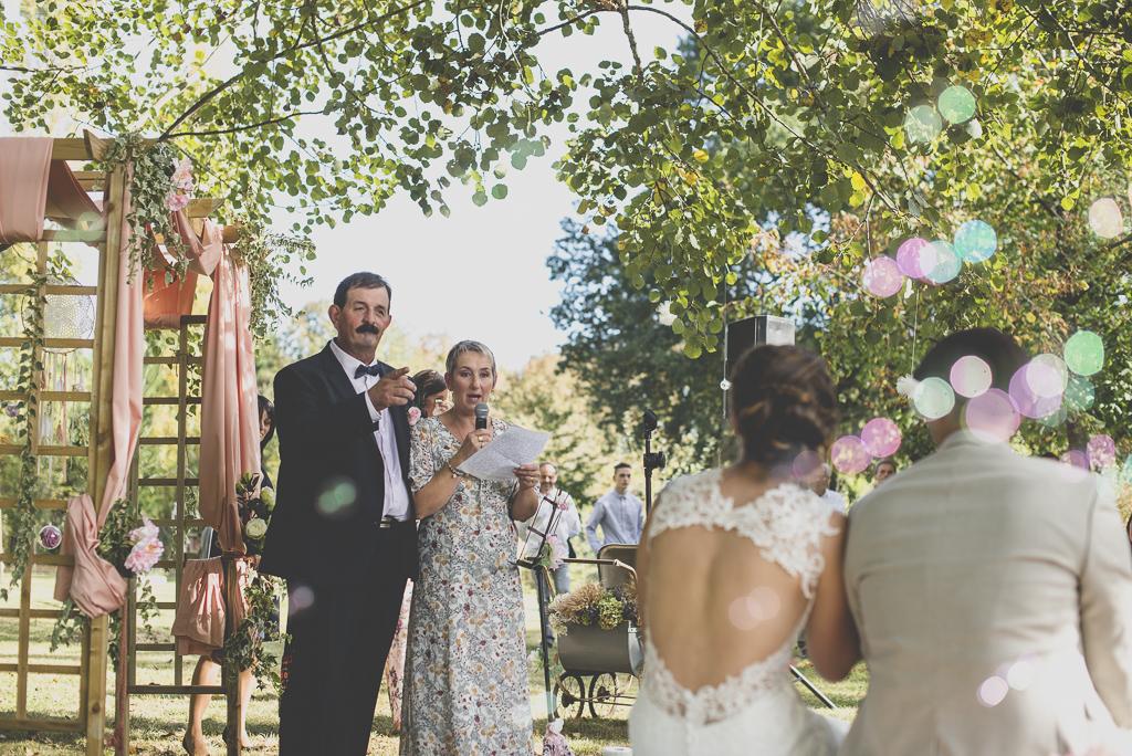 Reportage mariage automne Saint-Gaudens - discours des parents pendant ceremonie laique - Photographe Saint-Gaudens