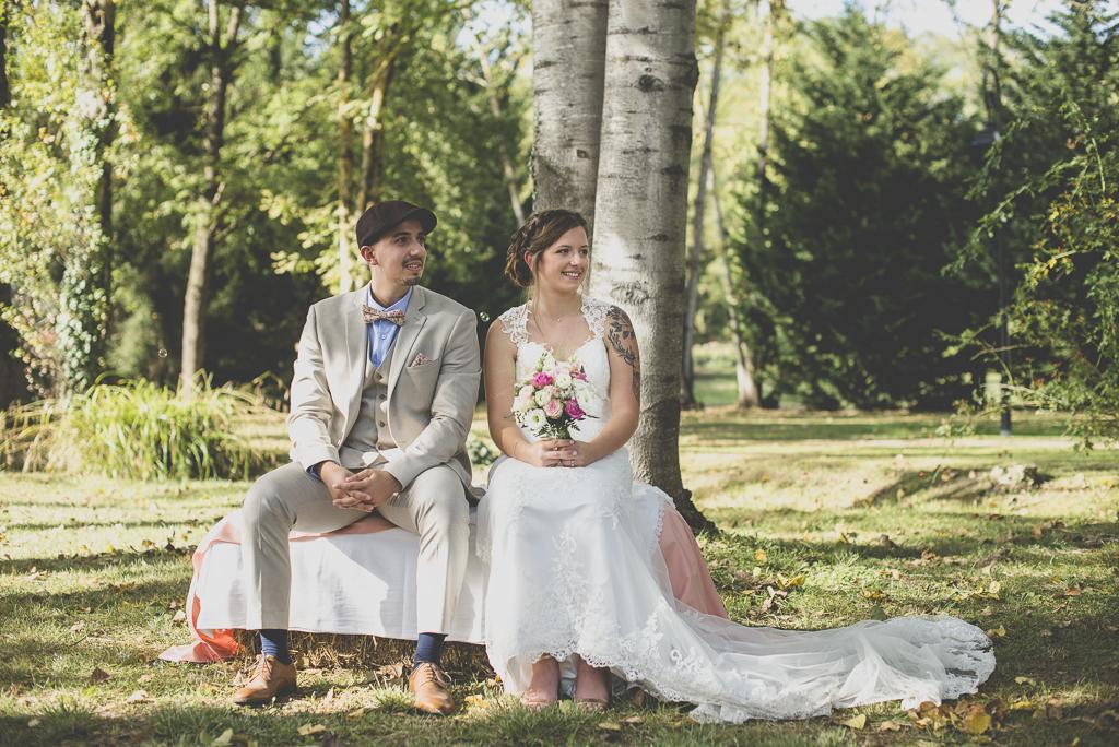 Reportage mariage automne Saint-Gaudens - mariés assis pendant cérémonie laique - Photographe Saint-Gaudens