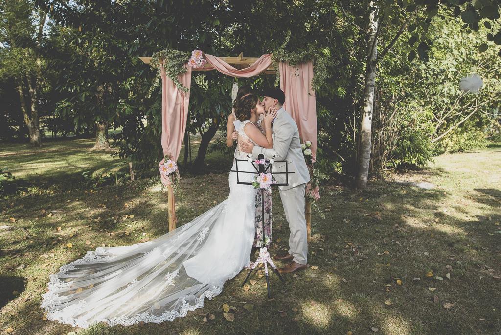 Reportage mariage automne Saint-Gaudens - mariés s'embrassent pendant cérémonie laique - Photographe Saint-Gaudens