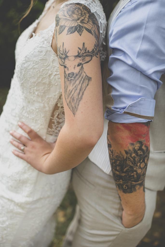 Reportage mariage automne Saint-Gaudens - tatouages bras et épaule des mariés - Photographe Saint-Gaudens