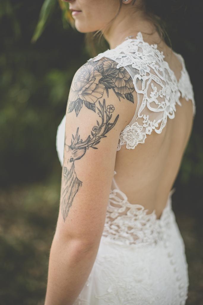 Reportage mariage automne Saint-Gaudens - dos et épaule tatouée mariée - Photographe Saint-Gaudens
